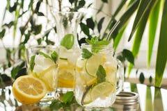 Eigengemaakte limonade in metselaarkruik Royalty-vrije Stock Afbeeldingen