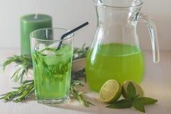 Eigengemaakte limonade van kalk en dragon Stock Fotografie