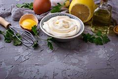 Eigengemaakte mayonaisesaus en olijfolie, eieren, mosterd, citroen Royalty-vrije Stock Foto