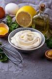 Eigengemaakte mayonaisesaus en olijfolie, eieren, mosterd, citroen Royalty-vrije Stock Foto's