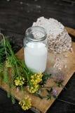Eigengemaakte melk en smakelijk knäckebrood op houten lijstachtergrond Royalty-vrije Stock Foto's