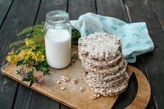 Eigengemaakte melk en smakelijk knäckebrood op houten lijstachtergrond Stock Foto's