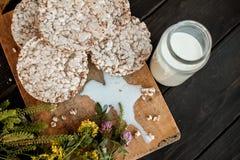 Eigengemaakte melk en smakelijk knäckebrood op houten lijstachtergrond Royalty-vrije Stock Fotografie