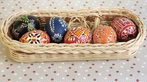 Eigengemaakte met de hand gemaakte geschilderde eieren in de mand royalty-vrije stock foto's