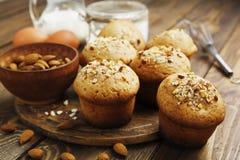 Eigengemaakte muffins met amandelen Stock Foto's