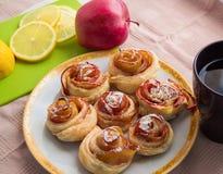 Eigengemaakte muffins met Apple, kaneel, suikerglazuursuiker op een plaat Royalty-vrije Stock Fotografie