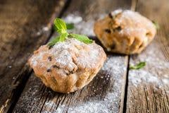 Eigengemaakte muffins met rozijnen stock fotografie