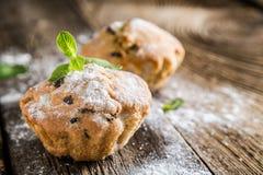 Eigengemaakte muffins met rozijnen stock foto's