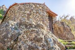 Eigengemaakte natuursteenhut in de bergen van Gran Canaria stock afbeeldingen