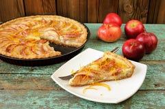 Eigengemaakte open appeltaart en gehele rode appelen op uitstekende lijst Stock Foto's