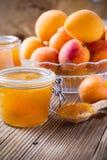 Eigengemaakte organische abrikozenjam in glaskruik en rijpe abrikozen Royalty-vrije Stock Afbeelding
