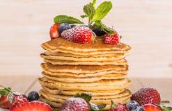 Eigengemaakte pannekoeken met bessen en fruit Stock Foto