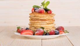 Eigengemaakte pannekoeken met bessen en fruit Royalty-vrije Stock Afbeeldingen