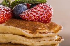 Eigengemaakte pannekoeken met bessen en fruit Royalty-vrije Stock Foto