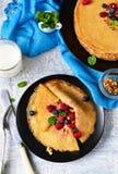 Eigengemaakte pannekoeken met melk voor ontbijt Royalty-vrije Stock Foto's