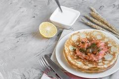 Eigengemaakte Pannekoeken met Zalm, Zure room, Gemakkelijk Voedselconcept stock afbeeldingen