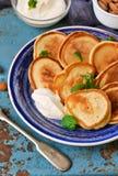 Eigengemaakte pannekoeken met zure room en honing Royalty-vrije Stock Afbeeldingen
