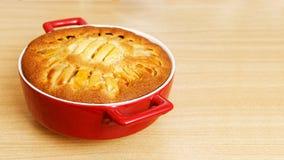 Eigengemaakte pastei met appelen op houten lijst Stock Fotografie