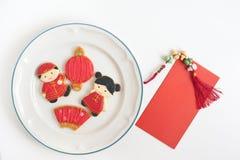 Eigengemaakte peperkoek als Chinese jongen en meisjespoppen in het wit royalty-vrije stock foto