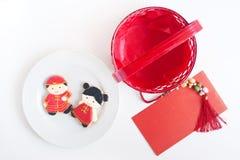 Eigengemaakte peperkoek als Chinese jongen en meisjespoppen in het wit royalty-vrije stock afbeelding