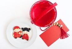 Eigengemaakte peperkoek als Chinese jongen en meisjespoppen in het wit stock afbeelding