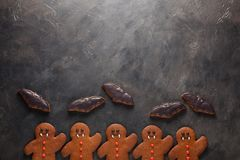 Eigengemaakte peperkoekkoekjes voor Halloween in de vorm van knuppels en van peperkoekmensen vampier op donkere concrete achtergr Royalty-vrije Stock Foto