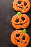 Eigengemaakte peperkoekkoekjes voor Halloween in de vorm van pompoenen op donkere concrete achtergrond Hoogste mening Royalty-vrije Stock Fotografie