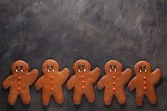 Eigengemaakte peperkoekkoekjes voor Halloween in de vorm van de vampier van peperkoekmensen op donkere concrete achtergrond met e Stock Fotografie