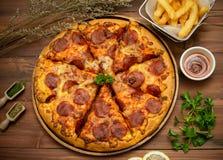 Eigengemaakte pepporonipizza met de ingredi?nten royalty-vrije stock foto's