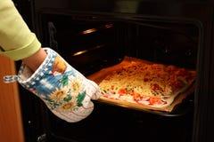 Eigengemaakte pizza in de oven Royalty-vrije Stock Afbeeldingen