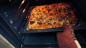 Eigengemaakte pizza in de oven stock footage