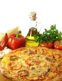 Eigengemaakte pizza en ingrediënten Royalty-vrije Stock Fotografie