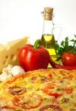 Eigengemaakte pizza en ingrediënten Stock Foto's