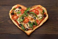 Eigengemaakte pizza in hartvorm met kip en paddestoelen op rustieke houten lijst Stock Afbeelding