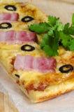 Eigengemaakte pizza met ham, kaas en olijven Stock Afbeelding
