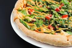 Eigengemaakte pizza met salade, tomaat, kaas dichte omhooggaand Stock Afbeeldingen