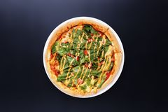 Eigengemaakte pizza met salade, tomaat, kaas dichte omhooggaand Stock Fotografie