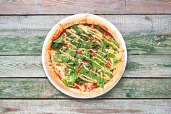 Eigengemaakte pizza met salade, tomaat, kaas dichte omhooggaand Stock Foto