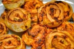 Eigengemaakte pizzabroodjes Stock Foto's
