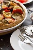 Eigengemaakte plantaardige pasteigalette met geroosterde aubergines, tomaten en ui Stock Afbeelding