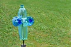 Eigengemaakte plastic flessenmolen als bescherming tegen schadelijke dieren en vogels op de tuin stock afbeeldingen