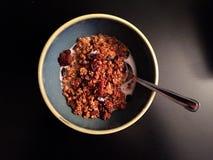 Eigengemaakte pompoengranola met melk en lepel op donkere achtergrond Stock Foto's