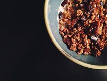 Eigengemaakte pompoengranola op donkere achtergrond met exemplaarruimte Royalty-vrije Stock Foto's