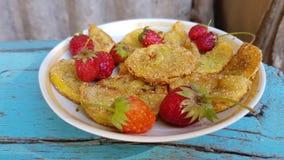 Eigengemaakte pompoenpannekoeken met organische verse aardbeien royalty-vrije stock afbeeldingen