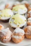 Eigengemaakte profiteroles en muffins Stock Foto's