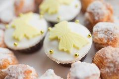 Eigengemaakte profiteroles en muffins Stock Afbeelding