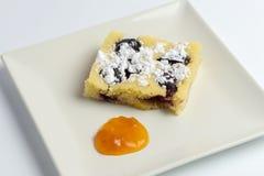 Eigengemaakte pruimcake op witte plaat stock foto's