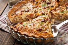 Eigengemaakte quiche Lotharingen met bacon en kaas Stock Foto's