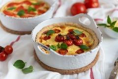 Eigengemaakte quiche met tomaten, kip, basilicumbladeren en kaas Sluit omhoog stock foto