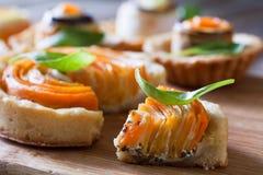 Eigengemaakte quiche scherp met wortel, aubergine en koolrollade w Stock Foto